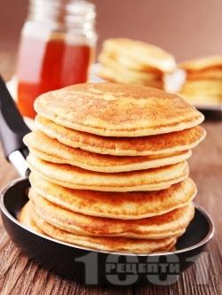 Бързи и лесни малки американски палачинки от прясно мляко, брашно и яйца с кленов сироп или течен шоколад - снимка на рецептата